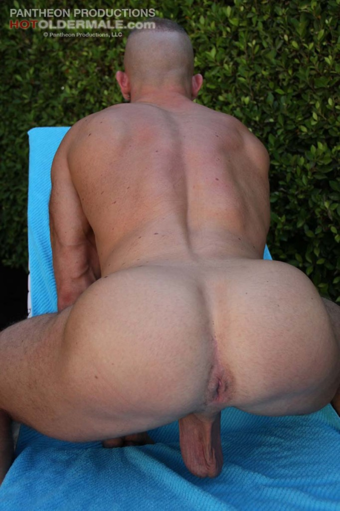 Beefy hunk Shay Michaels gets naked outdoor _8667